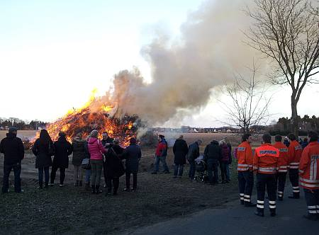 Umstehende am Osterfeuer